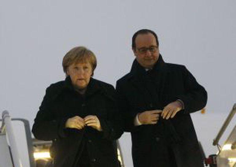 Angela Merkel e Francois Hollande no aeroporto de Minsk, nesta quarta-feira.