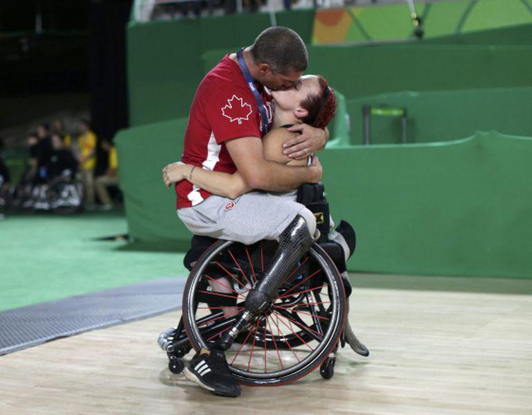 Os jogadores de basquete paralímpico Adam Lancia e Jamey Jewells.