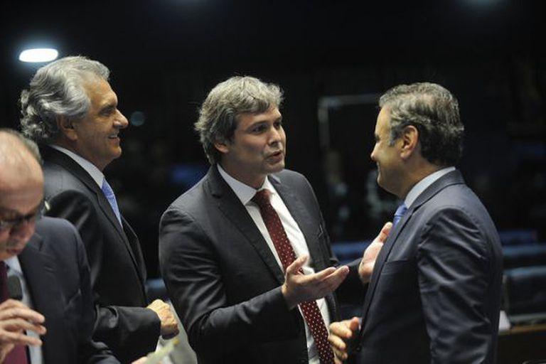 Senador Lindberg Farias conversa com Aécio Neves.