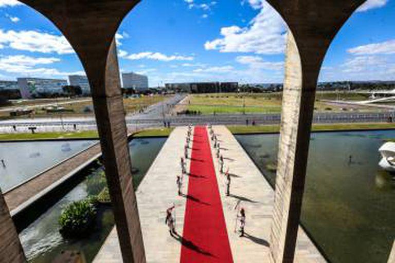 Vista da Esplanada dos Ministérios de dentro do Palácio do Itamaraty.
