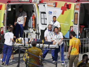 Mulher é levada para o atendimento médico no Parque Olímpico, nesta segunda.