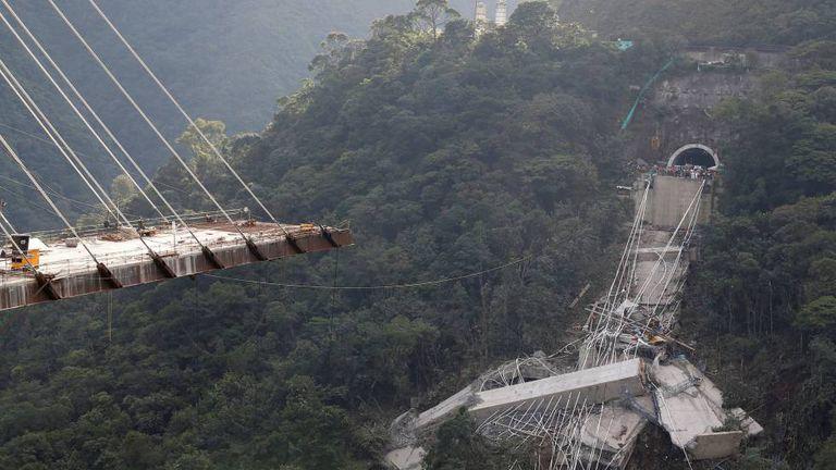 A ponte que ligaria Bogotá a Villavicencio, após o desabamento