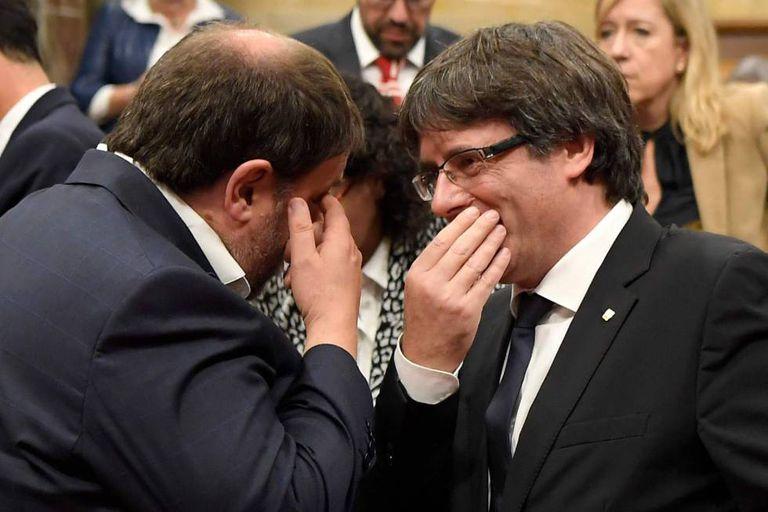 Carles Puigdemont e Oriol Junqueras, presidente e vice-presidente da Generalitat, durante a sessão do Parlamento sobre a declaração unilateral de independência.
