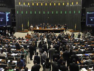 Deputados votam emendas ao projeto.