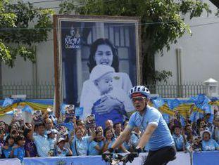 O príncipe Maha Vajiralongkorn lidera uma marcha de bicicleta em Bangcoc para comemorar o aniversário da rainha Sirikit.