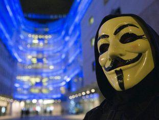Protesto de simpatizantes do Anonymous em frente à sede da BBC, em Londres, em dezembro de 2014.