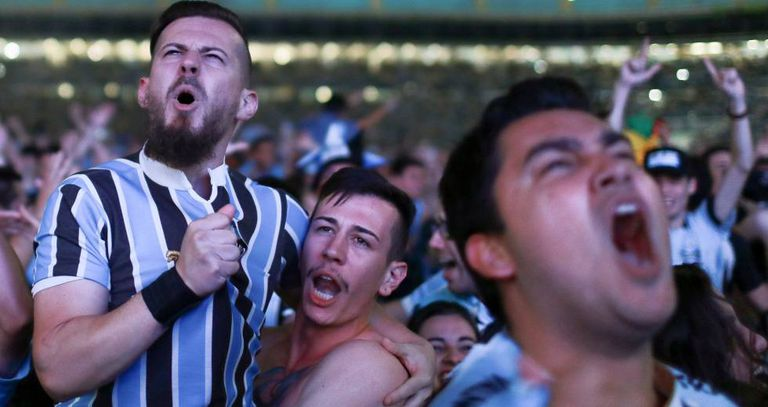 Torcida gremista comemora o tri em Porto Alegre.