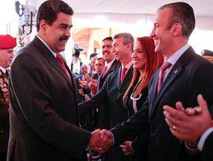 Maduro aperta a mão de Tareck El Aissami, em Caracas.