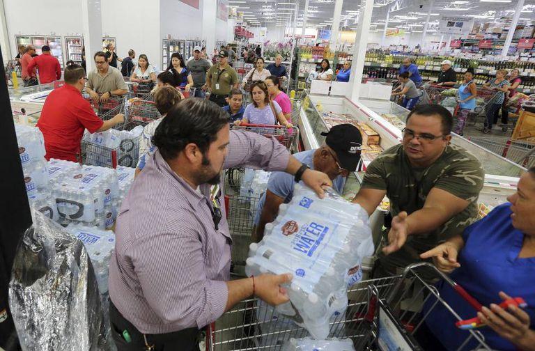 Moradores de Miami se abastecem em um supermercado antes da chegada do Irma.