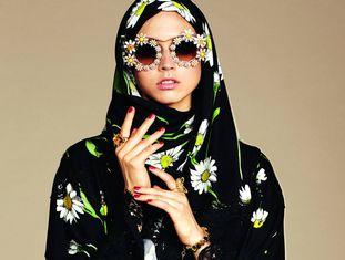 Modelo posa com a coleção 'Abaya', de Dolce & Gabanna.
