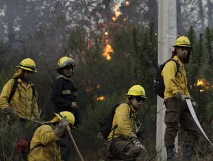 Os bombeiros trabalham para apagar o incêndio de Valparaíso.