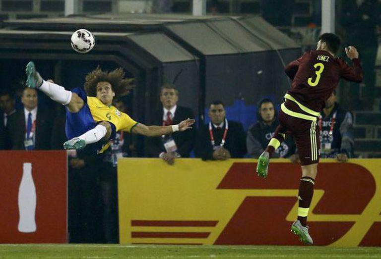 David Luiz dá uma bicicleta contra o gol de Baroja.