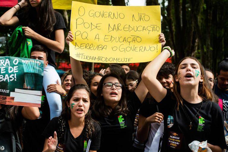 Protesto de estudantes na Praça Afonso Pena, Centro de São José dos Campos (SP), nesta quarta.