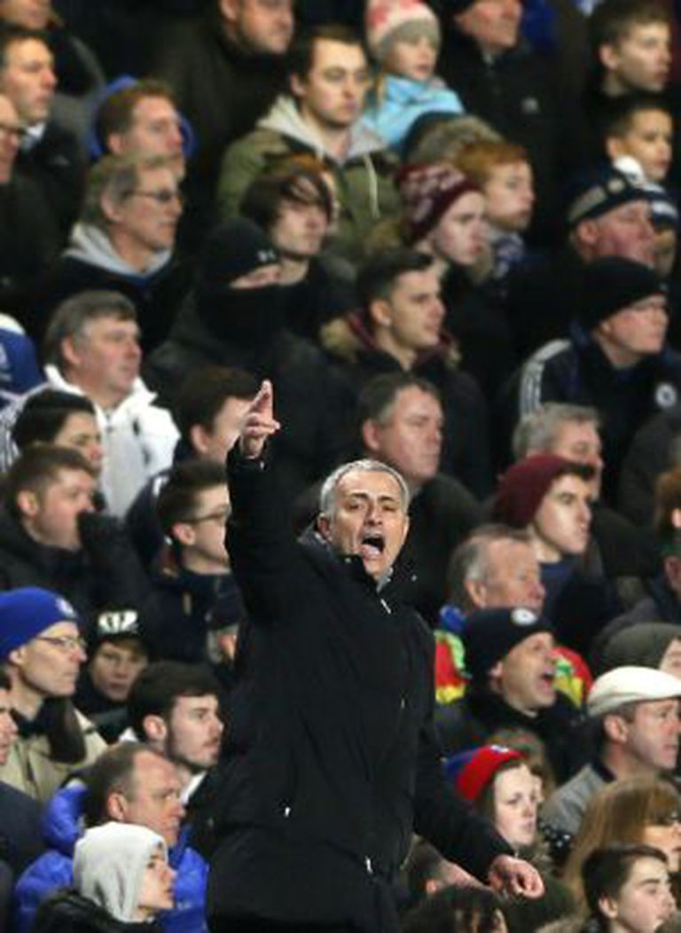 Mourinho gesticula durante a partida contra o Liverpool.