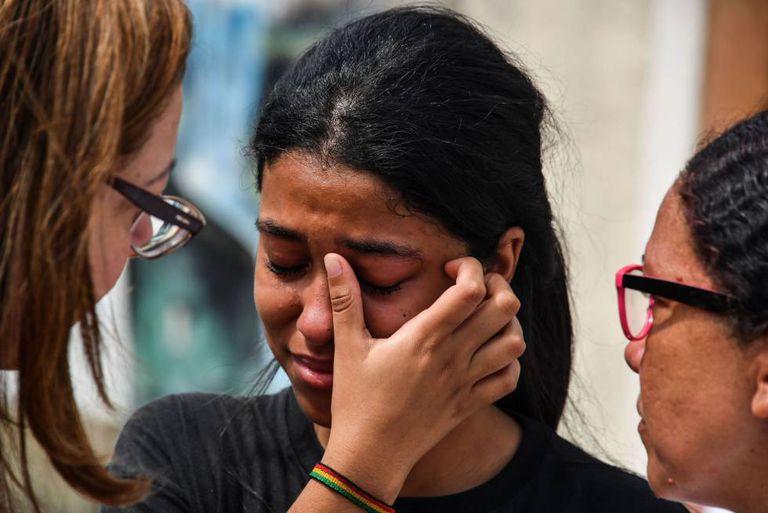 Estudante da escola atacada em Suzano é consolada.