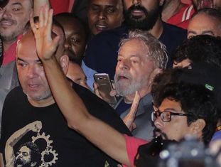 O ex-presidente Luiz Inácio Lula da Silva, momentos antes de se entregar à polícia.