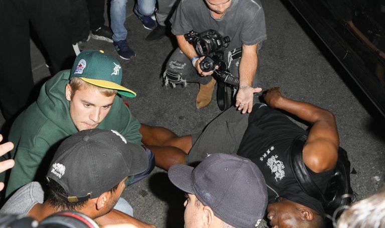 Justin Bieber espera a ambulância junto ao fotógrafo que atingiu.