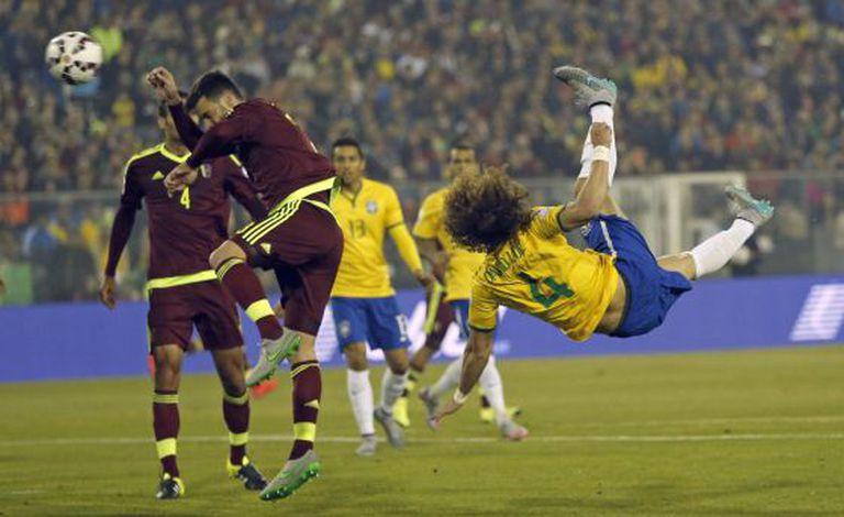 David Luiz arremata contra a Venezuela.