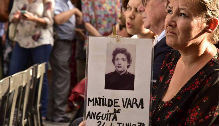 Imagem da homenagem na sexta-feira em frente à Igreja de Santa Cruz aos 12 sequestrados em 1977.