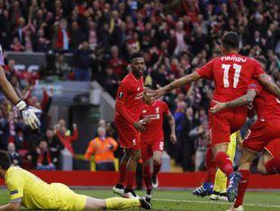 Jogadores do Liverpool comemoram gol.