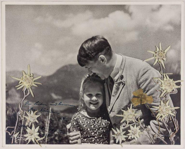 Fotografia cedida na quarta-feira pela casa de leilões de peças históricas Alexander mostrando Adolf Hitler com a menina judia Rosa Bernile Nienau.