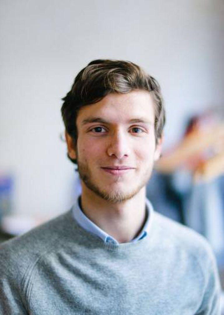 O jovem em foto atual, em Estocolmo