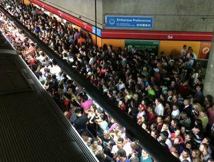 Estação da Linha 3-vermelha lotada