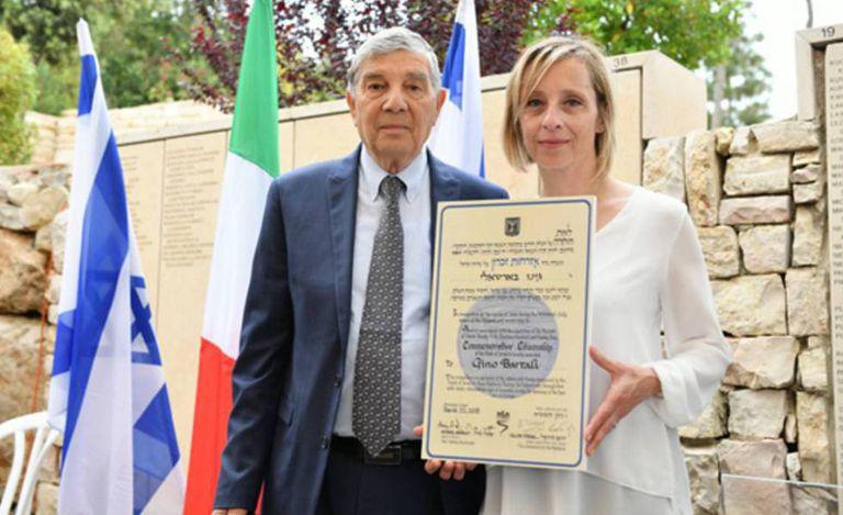 Gioia, neta de Bartali, ao lado de Avner Shalev, presidente do Museu do Holocausto, depois de receber o certificado