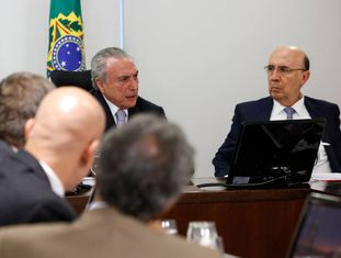 Temer e Meirelles em reunião com líderes da base aliada.