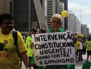 Manifestante pede a volta da ditadura durante protesto em São Paulo.