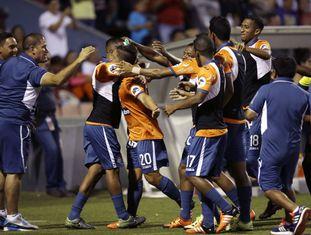 César Vallejo festeja gol contra o São Paulo
