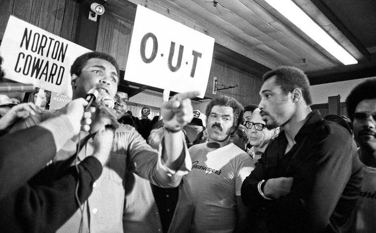 Muhammad Ali conversa com jornalistas em Nova York, em 1976.