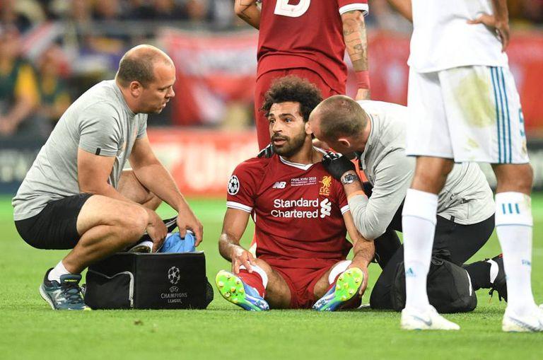 Salah, lesionado durante a final da Champions League.