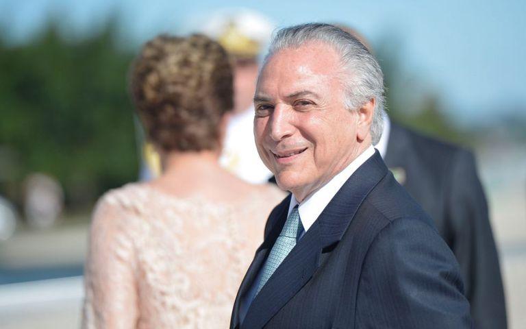 Temer, com Dilma ao fundo, na posse em 2015.