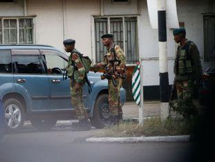 Soldados do Exército do Zimbábue bloqueiam o acesso a edifícios governamentais da capital