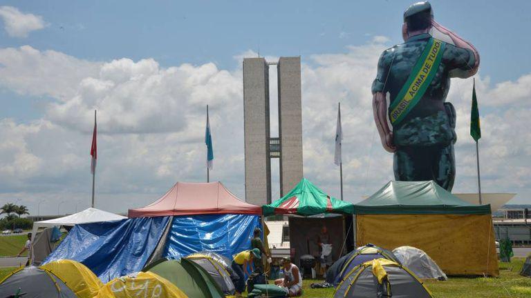 Integrantes do Movimento Pátria Amada acampam no gramado do Congresso Nacional em novembro de 2015