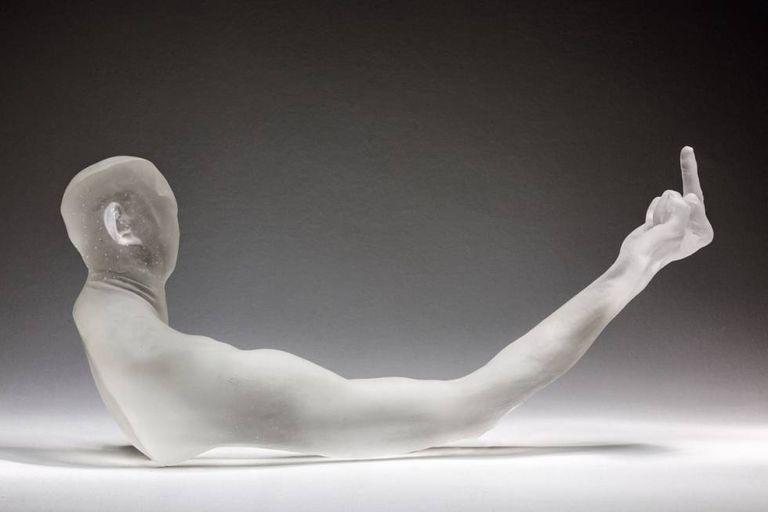 'Up Yours' (2017), que está exposto na mostra Fan-Tan, no Mucem, em Marselha, até 12 de novembro. Ele retoma seu clássico dedo em riste, que usou em várias obras como símbolo de insolência e irreverência diante do poder.
