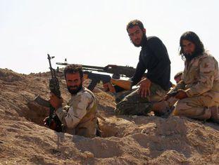 Combatentes rebeldes tomam posição na cidade de Kafr Nabudah, na província de Hama.