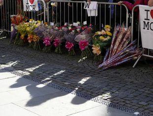 Ramos de flores colocados diante do local do atentado de Manchester.