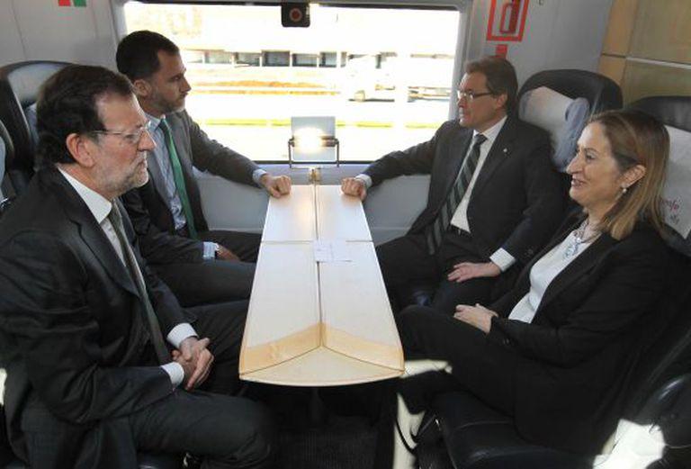 O Príncipe ao lado do primeiro-ministro Mariano Rajoy; da ministra de Fomento, Ana Pastor, e do presidente da Generalitat da Catalunha, Artur Mas durante a viagem inaugural do AVE Barcelona-Girona-Figueres.