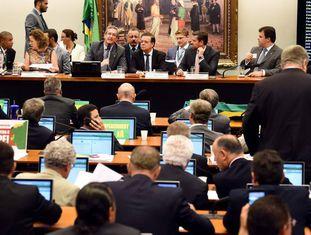 Comissão do impeachment reunida na semana passada.