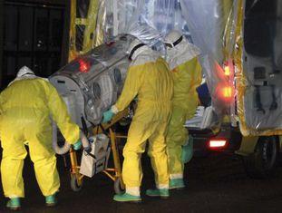 O missionário espanhol Manuel Garcia Viejo ao ser levado para a Espanha, antes de morrer em setembro de 2014 em decorrência do ebola.