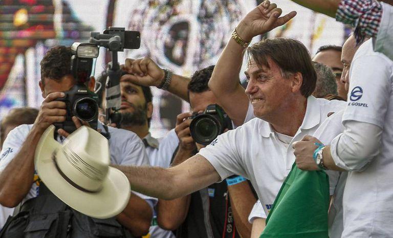Bolsonaro joga um chapéu durante a Marcha para Jesus, na quinta-feira.