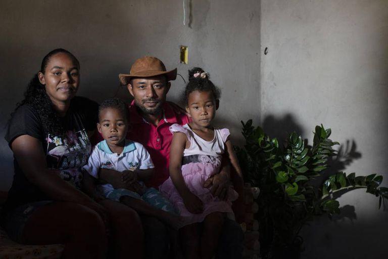 Jossone Lopes Leite e sua esposa, Diuvanice, com seus filhos em frente a sua casa. Sua comunidade litiga faz anos com uma empresa agrícola pela posse das terras que habitam faz gerações.