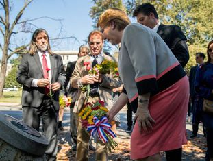 A presidenta Michelle Bachelet diante do memorial a Letelier, acompanhada dos filhos do ex-chanceler assassinato por ordem de Pinochet