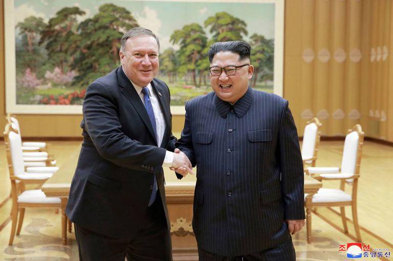 O secretário de Estado dos EUA, Mike Pompeo, e o líder norte-coreano, Kim Jong-un, 9 de maio em Pyongyang.