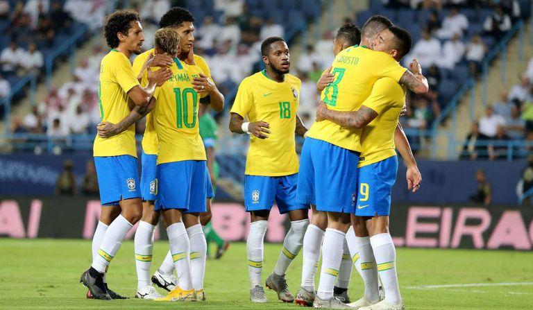 Brasileiros comemoram gol marcado por Gabriel Jesus contra a Arábia Saudita.