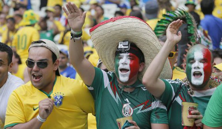 Torcedores do Brasil e do México horas antes da partida.
