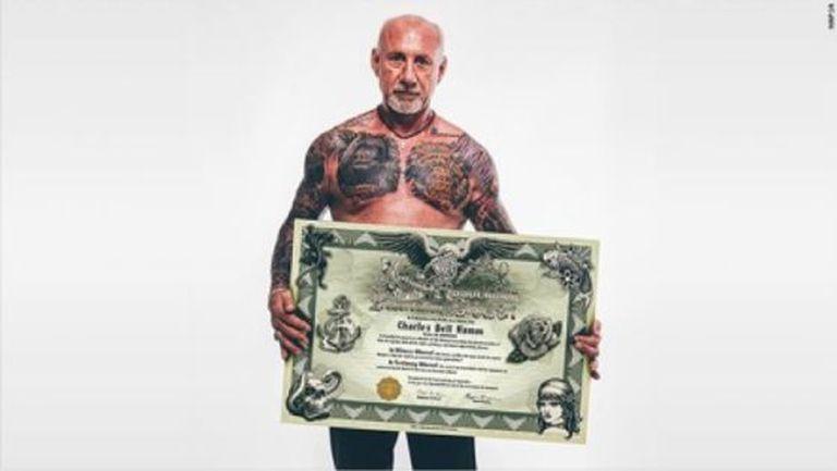 Charles Hamm, presidente da 'Save My Ink', com seu certificado de sócio.