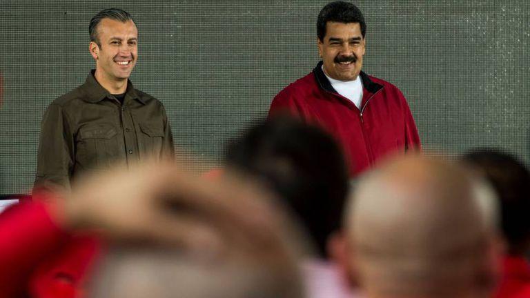 Foto tirada em 31 de janeiro de 2017 mostra o presidente Nicolas Maduro (dir.) e seu vice-presidente, Tareck El Aissami, em um ato com trabalhadoras na PDVSA